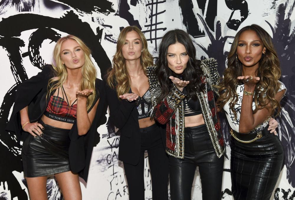 Angelové Victoria's Secret Romee Strijd, Josephine Skriver, Adriana Lima a Jasmine Tookes v New Yorku, USA