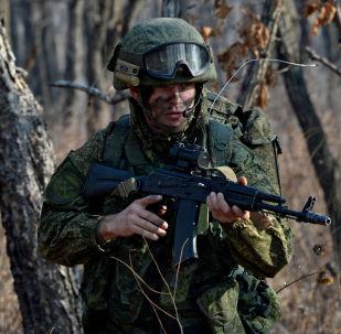 Ruský výsadkář během cvičení