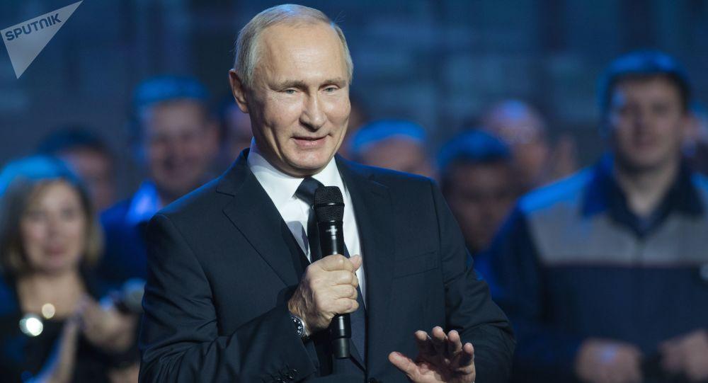 Ruský prezident Vladimir Putin během setkání s pracovníky závodu GAZ