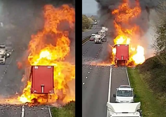 Explodoval náklaďák plný rozprašovačů. Video