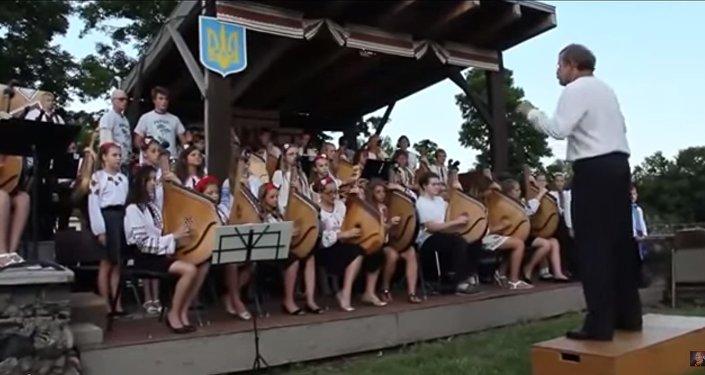 """Ukrajinské děti zpívají """"Hymnu bojovných ukropů"""""""