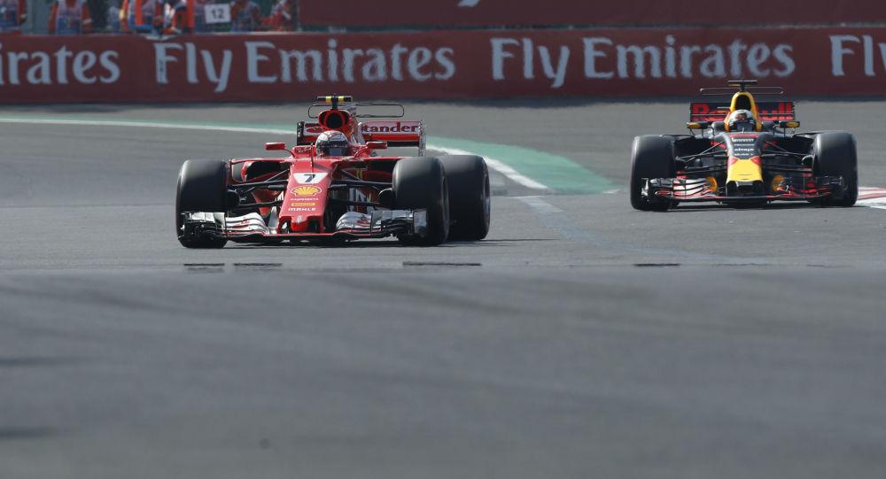 Piloti Kimi Raikkonen a Daniel Ricciardo