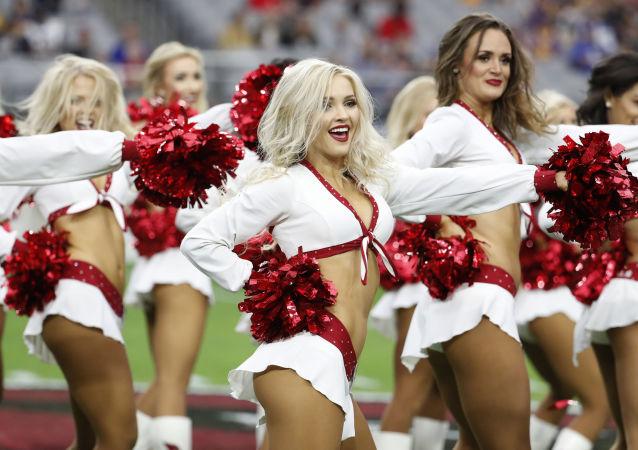 Roztleskávačky fotbalového týmu Arizona Cardinals o přestávce utkání Národní fotbalové ligy mezi mužstvy Los Angeles Rams a Arizona Cardinals