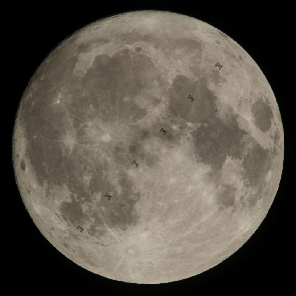 ISS se šestičlennou posádkou na palubě na pozadí Měsíce. Zobrazení z 6 záběrů