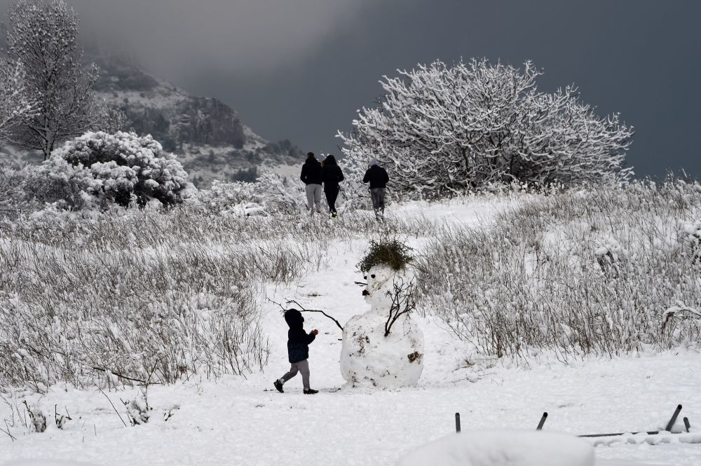 Dítě vedle sněhuláku v okolí francouzského města Marseille