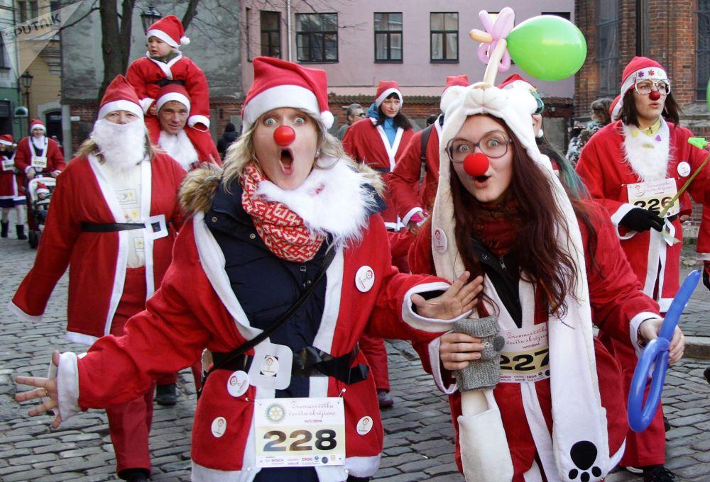 Účastnice závodu Santa Klausů v Rize