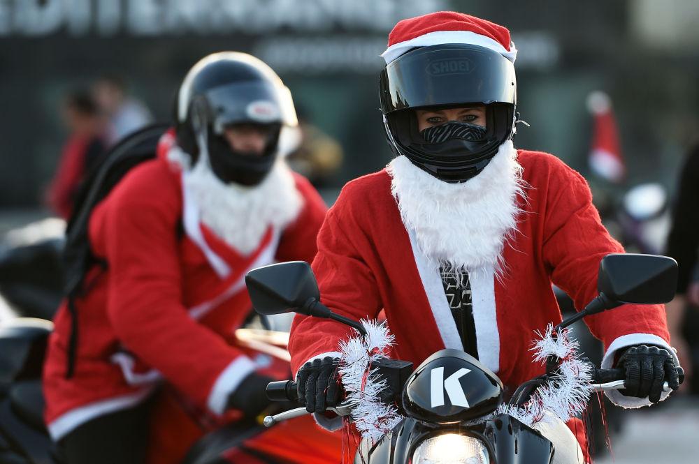 Bikeři v kostýmech Santa Klause v Marseille