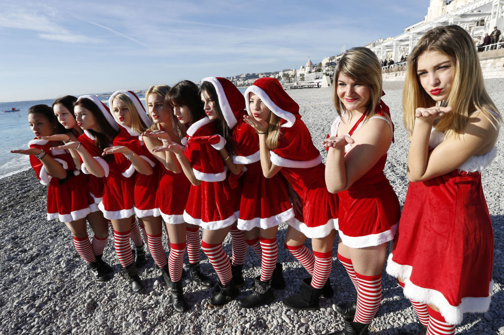 Mladé ženy na pláži v Nice