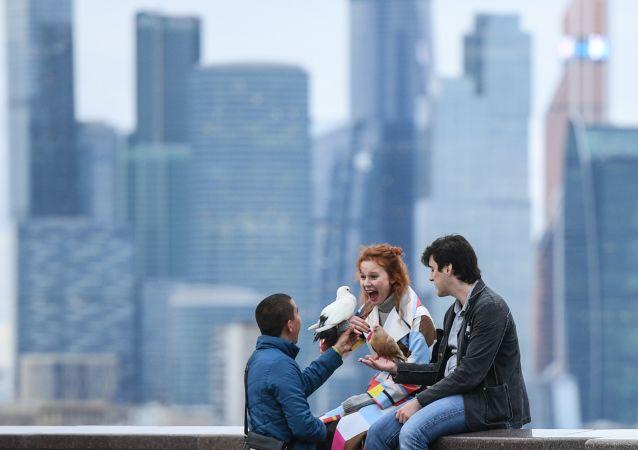 Молодые люди на смотровой площадке в Москве