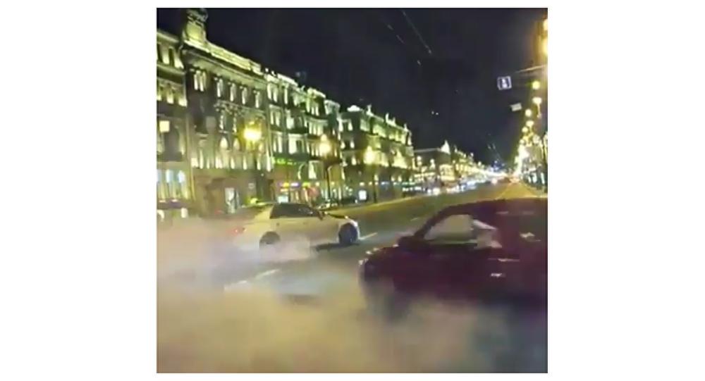 """Teď i v Petrohradu: """"Bohaté ruské děti"""" uspořádaly drift v centru města. Video"""