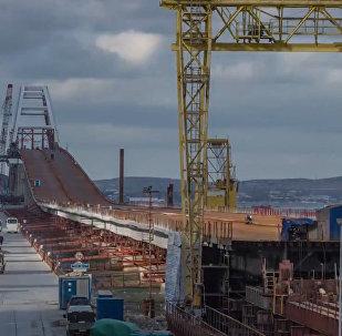 Stavbaři oblouky spojili rozpětí Krymského mostu