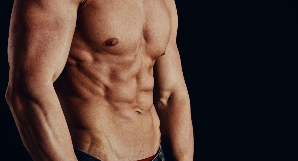 Muž v tělocvičně