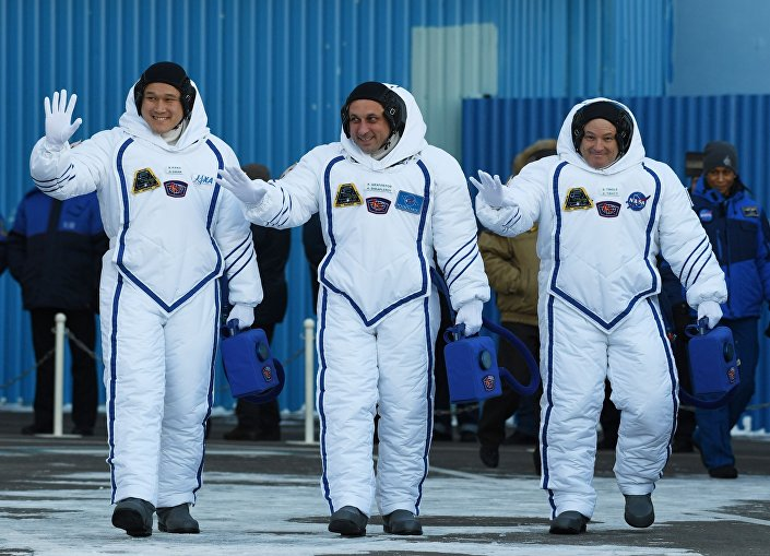 Astronaut JAXA Norishige Kanai, kosmonaut Roskosmosu Anton Škaplerov, astronaut NASA Scott Tingle.