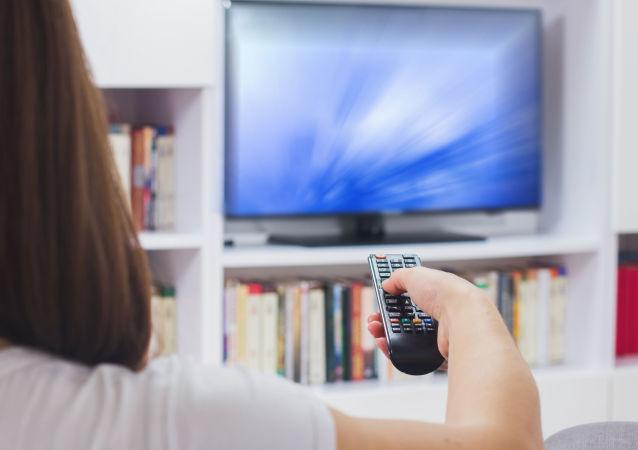 Žena před televizi