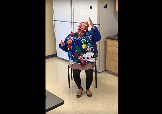 Majitelka nejošklivějšího vánočního svetru zahrála koledu…na svůj svetr