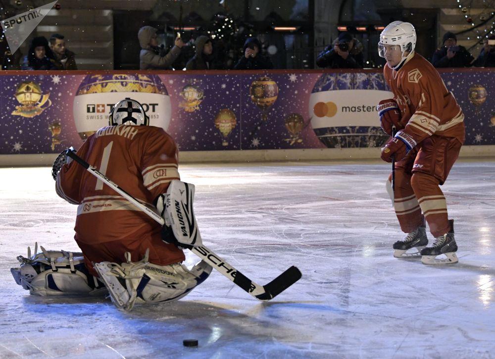 Vladimir Putin hrál hokej na Rudém náměstí
