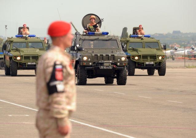 Přehlídka na ruské základně Hmeimim