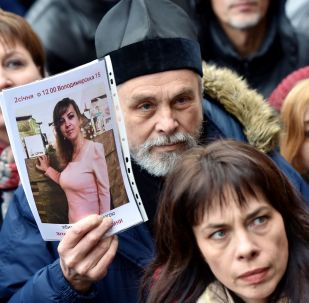 Účastníci protestní akce u budovy Státní policie Kyjevské oblasti, kteří žádají nalezení vrahů Nozdrovské