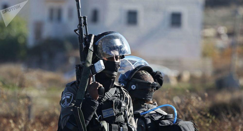 Pracovníci bezpečnostních orgánů Izraele během potyček na hranici Palestiny a Izraele