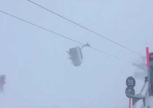 Lyžaři byli uvězněni v houpajícím se křesle lanovky za bouře