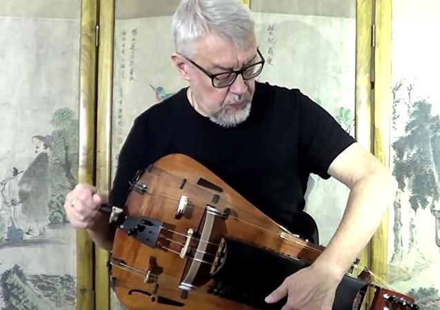Ruský hudebník unikátně hraje na hurdy-gurdy