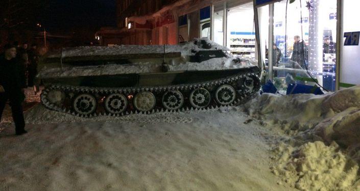 Muž v kradeném obrněném transportéru naboural do obchodu na severu Ruska