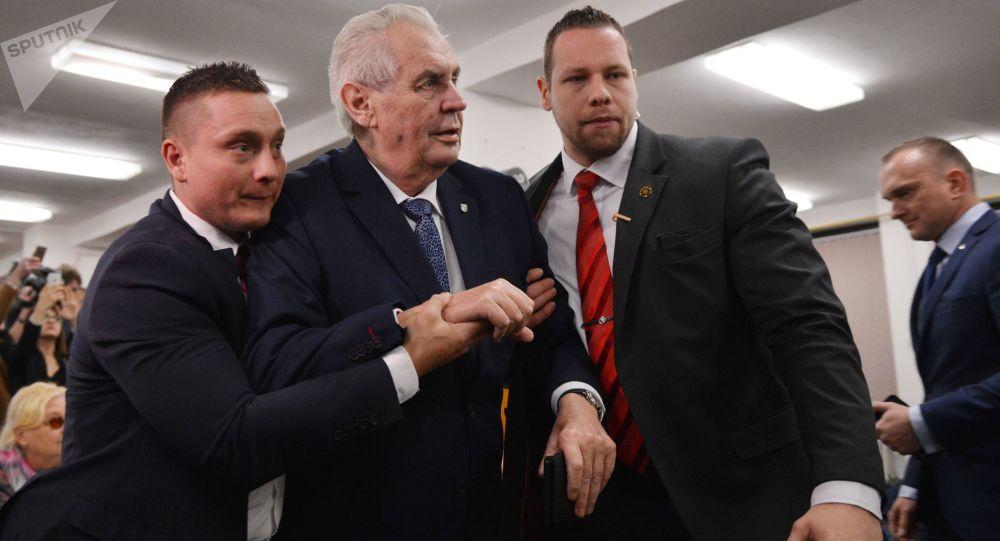 Český prezident Miloš Zeman po útoku ve volební místnosti