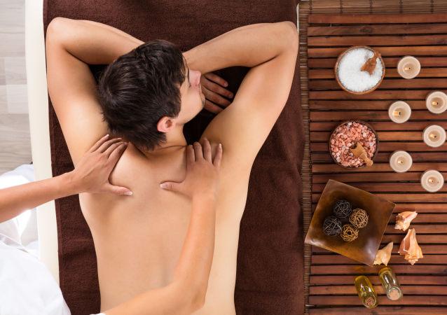 Muž během seanse masáže