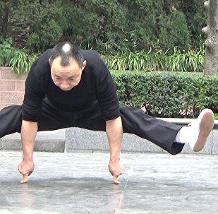Čínské zázraky: mistr kung-fu dělá kliky na dvou prstech
