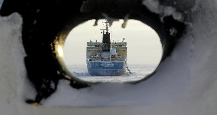 Tanker Valetta vedle mysu Kamennyj