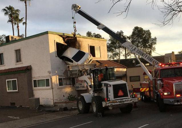 Automobil naboural v Kalifornii do druhého patra domu