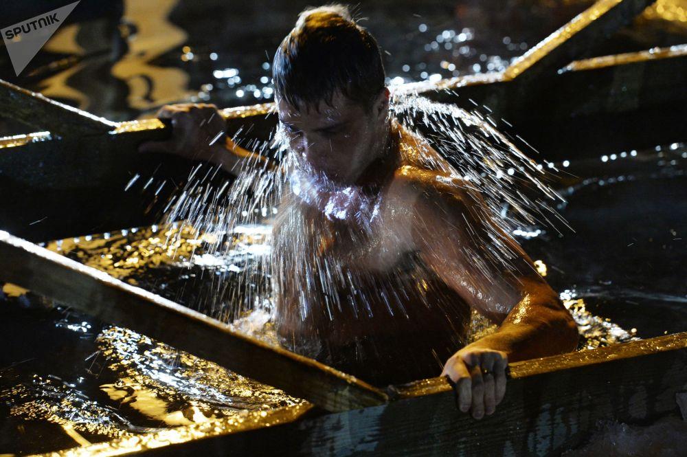 To je ruská odvaha! Pravoslavní se ponořují do ledové vody o svátku Křtu Páně