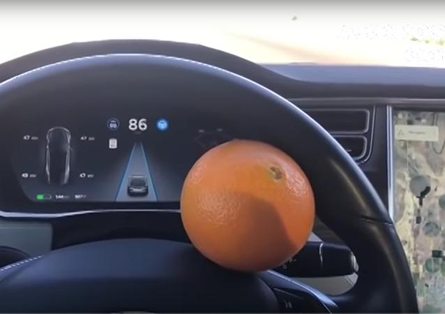 Muž s pomocí pomeranče oklamal autopilot Tesla