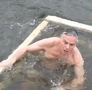 Americký velvyslanec v Rusku se vykoupal v díře v ledu a zkusil si ruské válenky