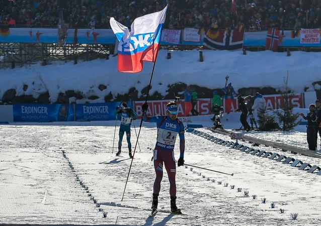 Ruský biatlon Anton Šipulin v cíli mužské štafety na MS v Hochfilzenu