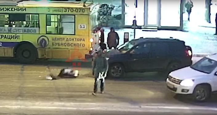 Ruska vstala a šla, jako by se nic nestalo, poté, co ji srazilo auto