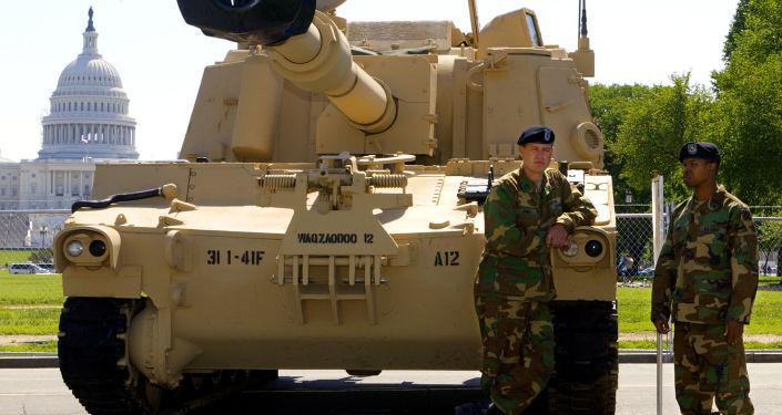 Američtí vojáci kolem samohybné houfnice M109A6 Paladin