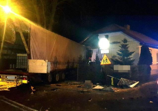 Ukrajinec naboural v Polsku náklaďákem do domu s dětmi