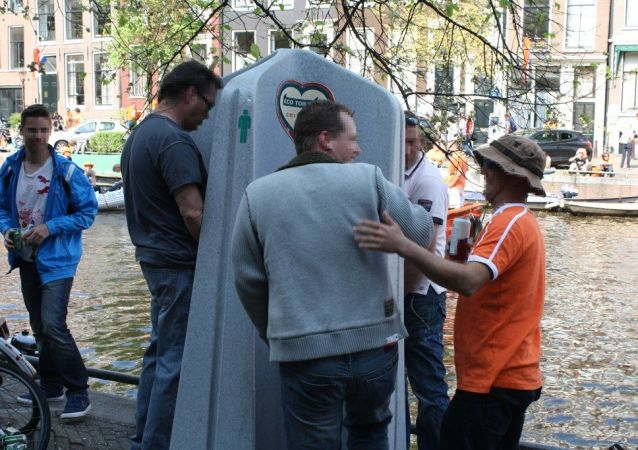 Venkovní pisoár v Amsterdamu
