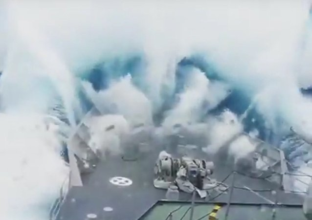 Vlna, která pohltila vojenskou loď, byla natočena na video