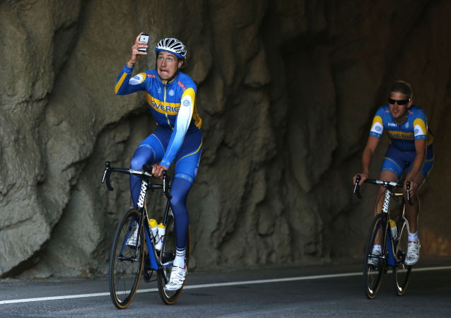 Сyklista dělá selfie během závodů ve Španělsku
