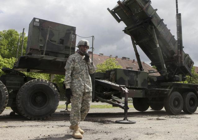 Americký voják vedle Patriotu v Polsku