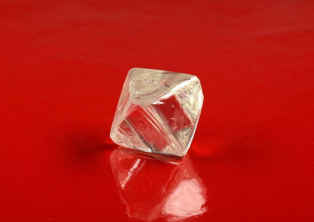 Diamant o hmotnosti 97,92 karátů