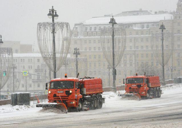 Speciální technika uklízí přívaly sněhu v Moskvě a Moskevské oblasti