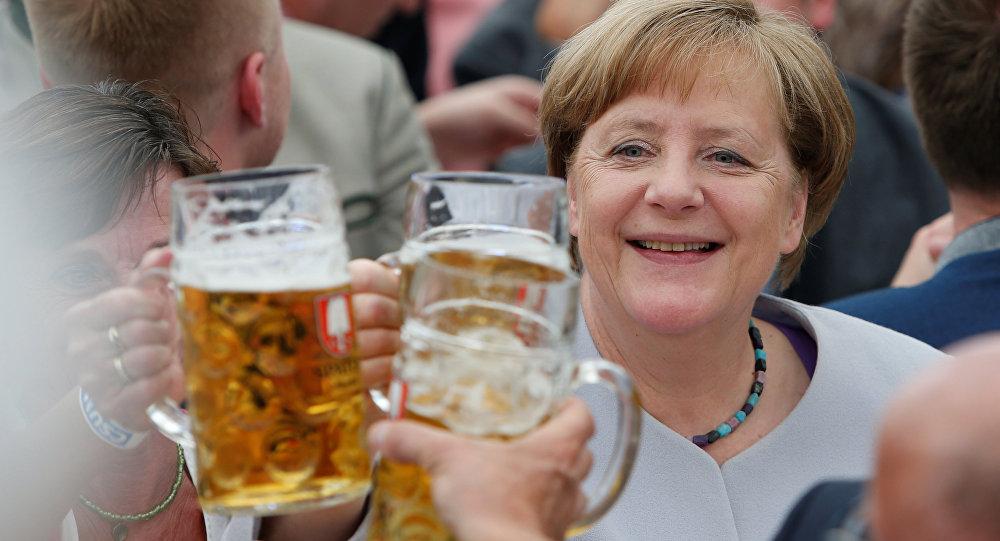 Angela Merkel s pivní sklenicí. Ilustrační foto