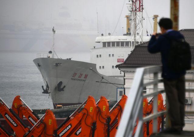 Severokorejská motorová loď Man Gyong Nog, která už sedm dní kotví ve Vladivostoku