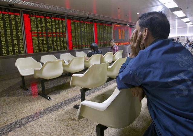 Čínští investoři na burze v Pekingu