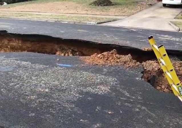 Ulice v USA se propadla pod zemi