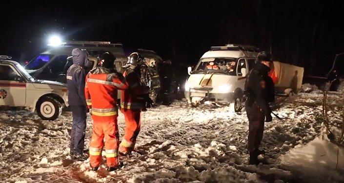 Záchranáři dokončili záchranné práce na místě pádu letadla An-148 v okolí Moskvy