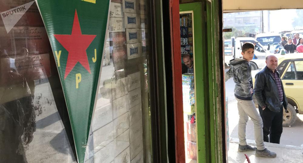 Vlajka kurdských sil sebeobrany YPJ v Afrínu